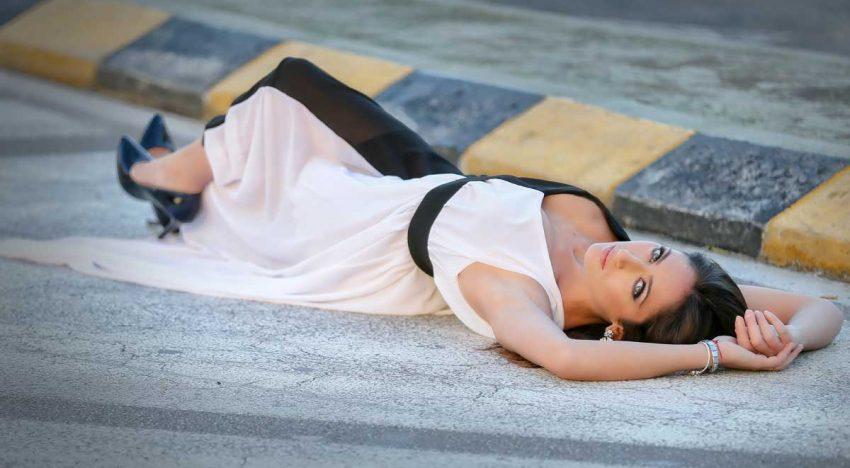 Bella su un letto d'asfalto