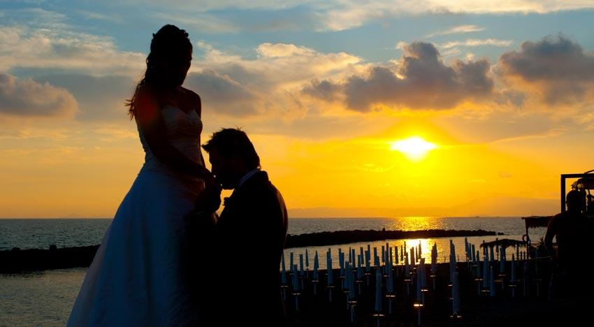 Il baciamano dello sposo incanta la sua adorata sposa